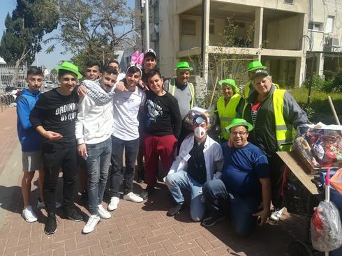התלמידים חילקו משלוחי מנות למנקי הרחוב