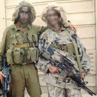 נ' (משמאל) בתקופת השירות הצבאי