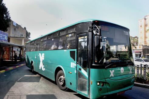 """""""מי נגד מי"""". אוטובוס בחולון"""