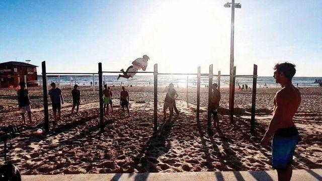 מתאמנים בחוף