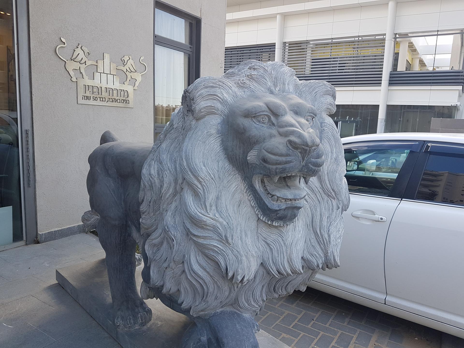 אחד מהפסלים בכניסה למבנה המכירות של הקבלן רוני מזרחי | צילום פרטי