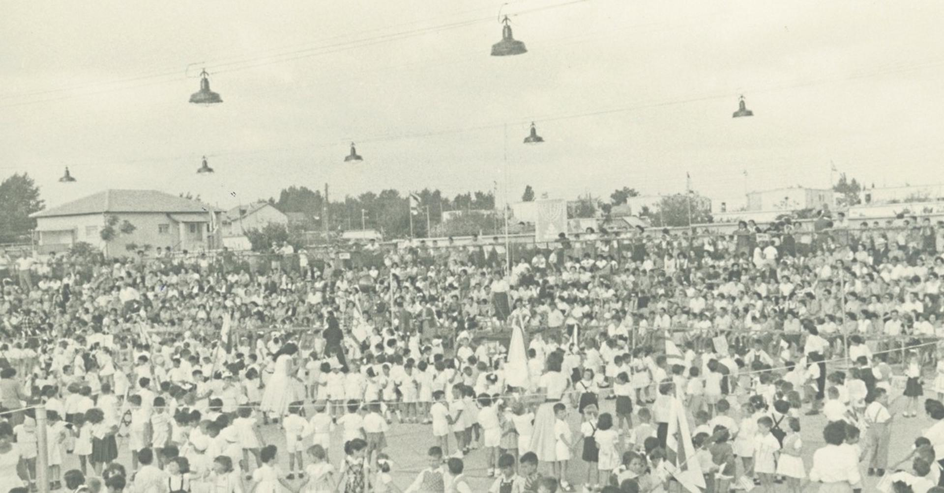 חגיגות באצטדיון הכדורסל בחולון בשנות ה־50   צילום: פוטו דן, המוזיאון לתולדות חולון