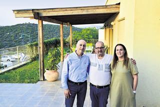 יעקב גבע במרכז, עם בתו סיגל ושותפו הנרי דקואר. צילום: נחום סגל