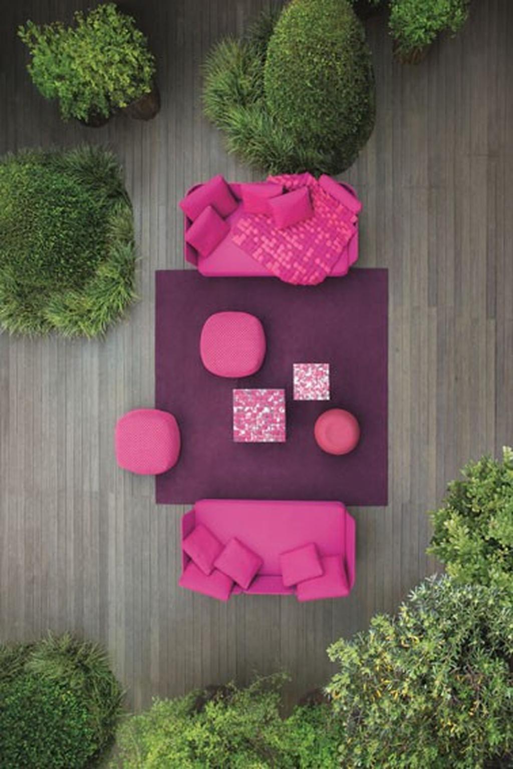 """גם השטיחים יוצאים החוצה לחצר. שטיחי חוץ של המעצבת פאולה לנטי בטולמנ'ס, צילום: יח""""צ"""