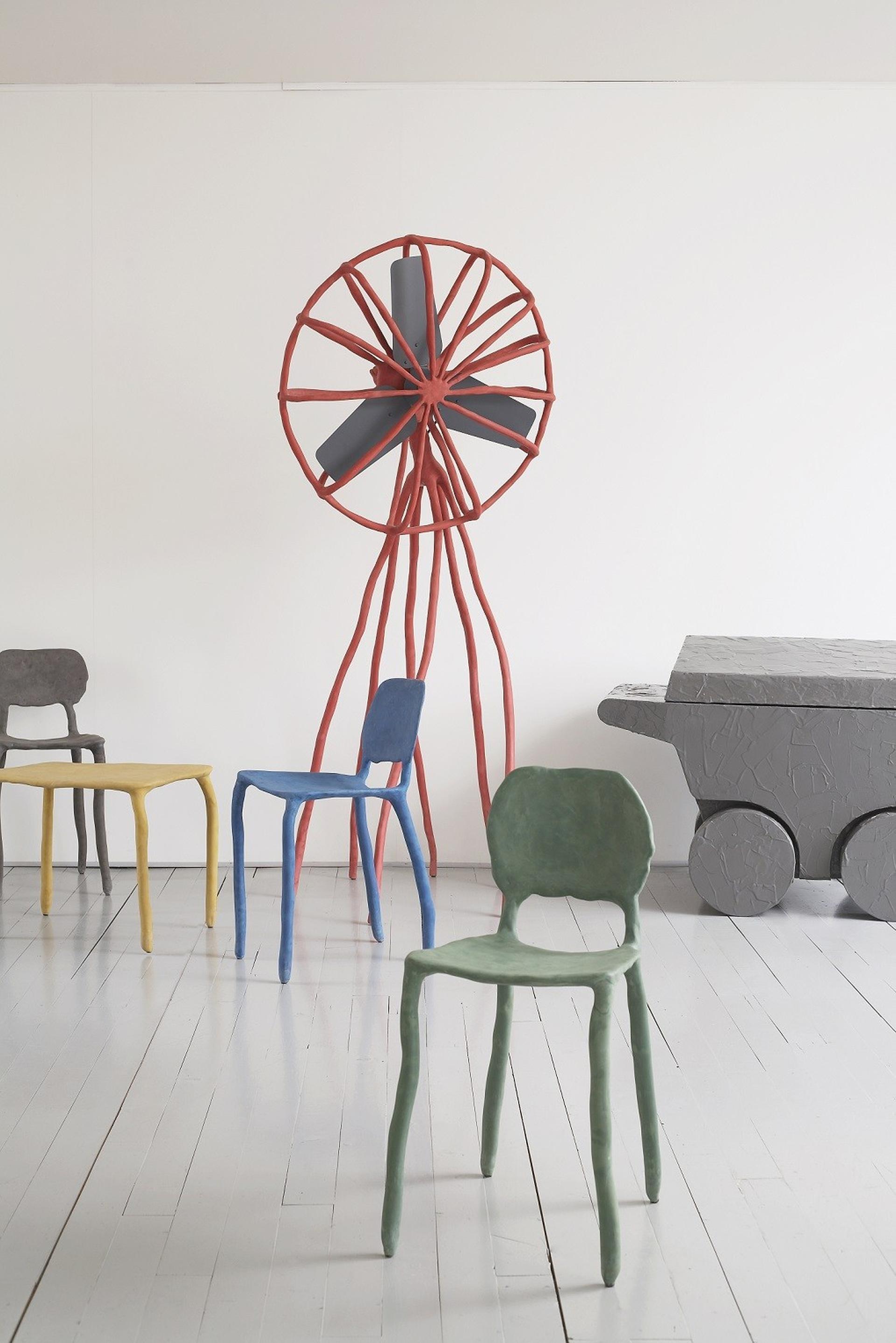 כיסא חמר, שולחן קפה ומאוורר, 2010, מרטן באס, אוסף אדלקורט, פריז, צרפת. צילום: תומאס שטראוב