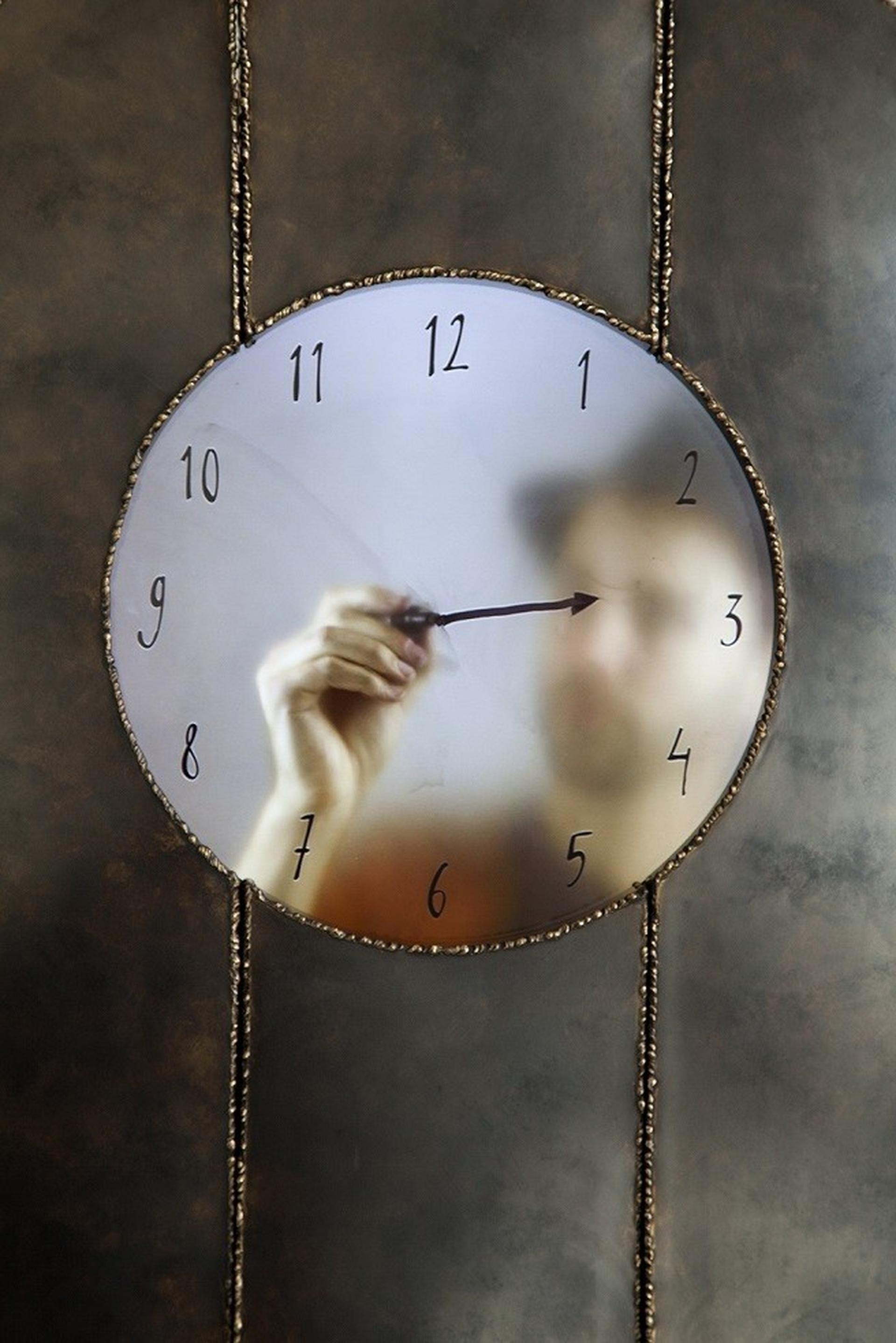 פרט מתוך שעון סבא עם דיוקן עצמי, זמן אמיתי, 2015, מרטן באס, דיוקן עצמי