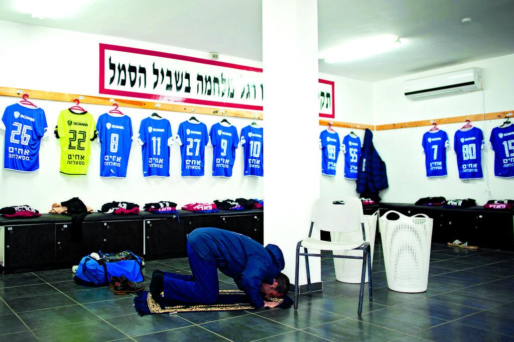 תפילה בחדר ההלבשה לפני המשחק | צילום: יואב דודקביץ'
