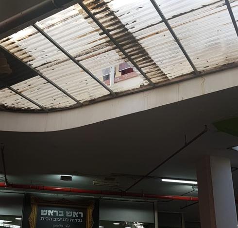 החור בגג ממנו נפל הילד | צילום: אליז קואנקס