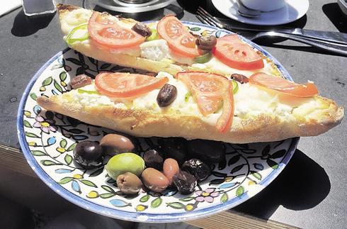 הכריך פתוח, הזיתים דפוקים | צילום: אשר קשר