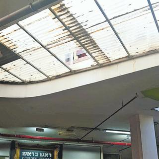 הפתח בגג דרכו נפל הילד | צילום: אליז קואנקס