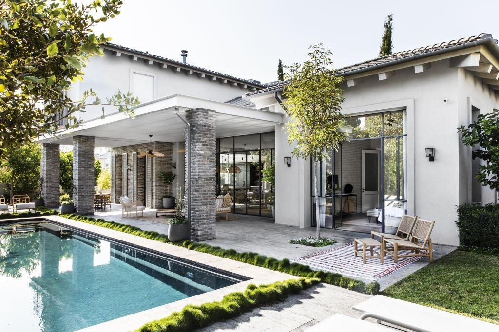 את החצר אפשר לראות מכל מקום בבית. צילום: איתי בנית