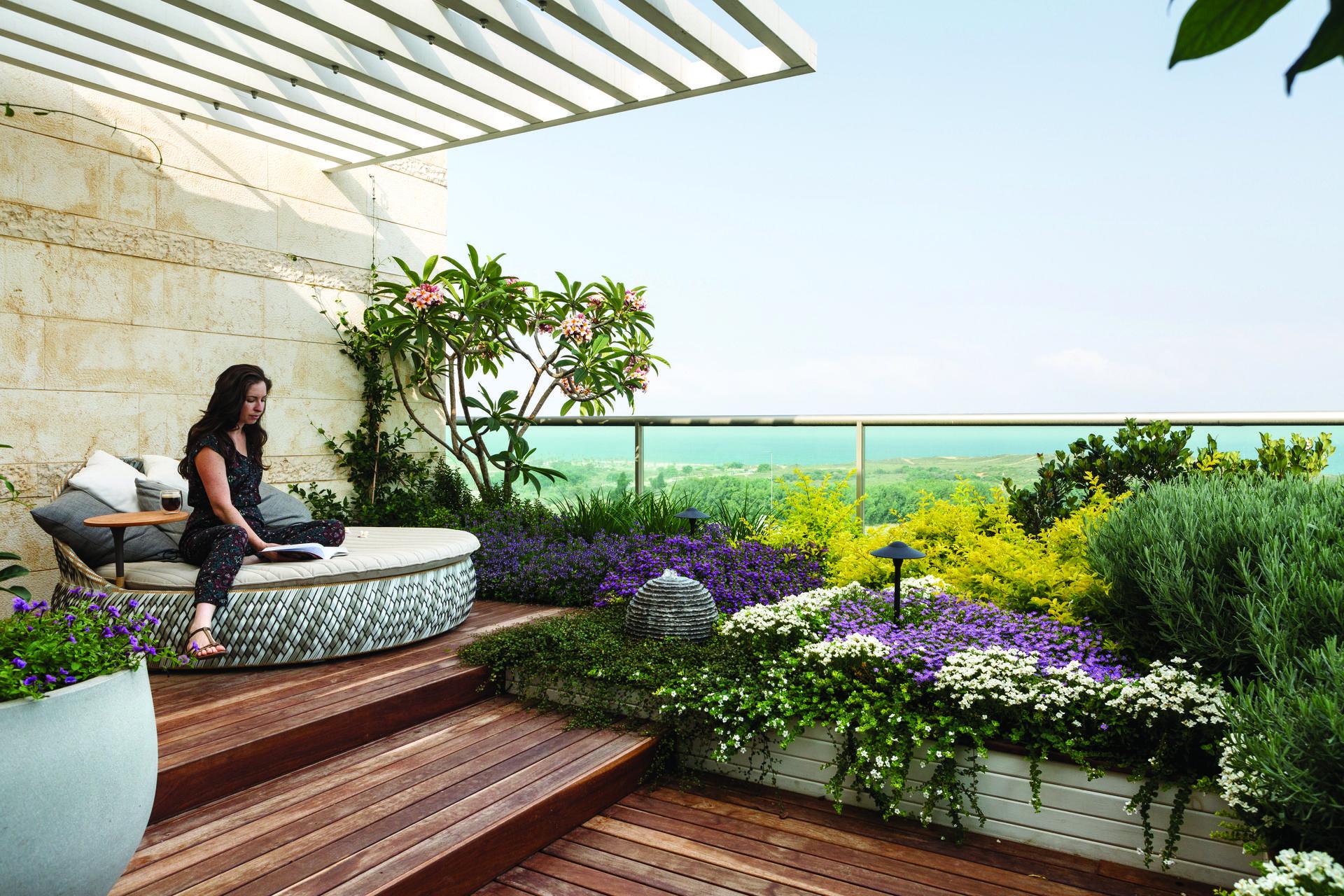גינה מושקעת לפיקניק ביתי, כרכום עיצוב נוף. צילום: עמית גירון