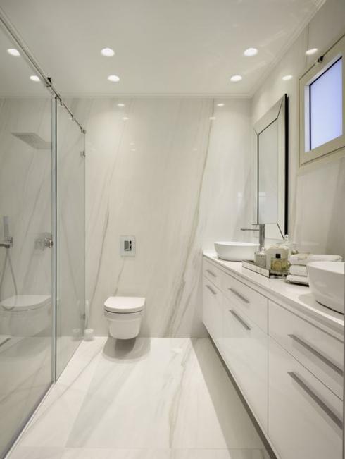 יחידת נגרות תלויה בצבע לבן תלויה לאורך הקיר כולו. צילום: עמרי אמסלם