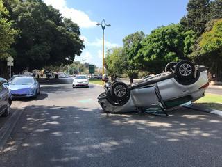 הרכב שהתהפך ברחוב הלוחמים | צילום: דוברות המשטרה איילון