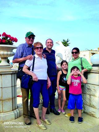 משפחת איבקר בתפקיד מדריכי טיולים   צילום: פרטי