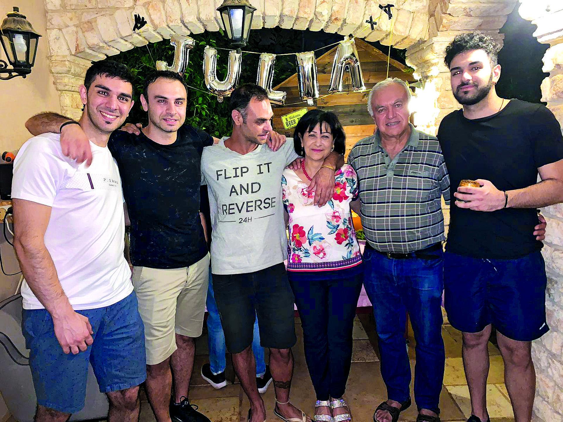 האם, האב וארבעת הבנים  צילום פרטי