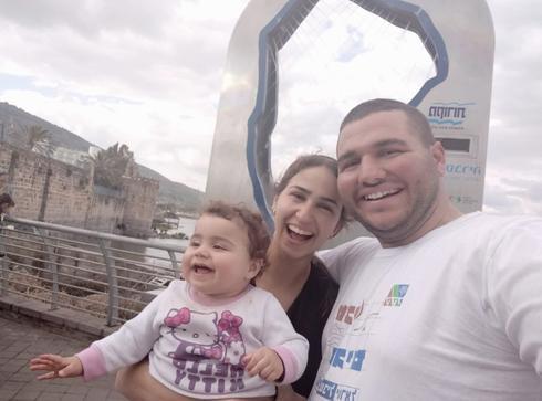 """""""אמא מיוחדת במינה"""". ברק עטל עם אשתו אורה ז""""ל ובתם הקטנה. צילום: פרטי"""