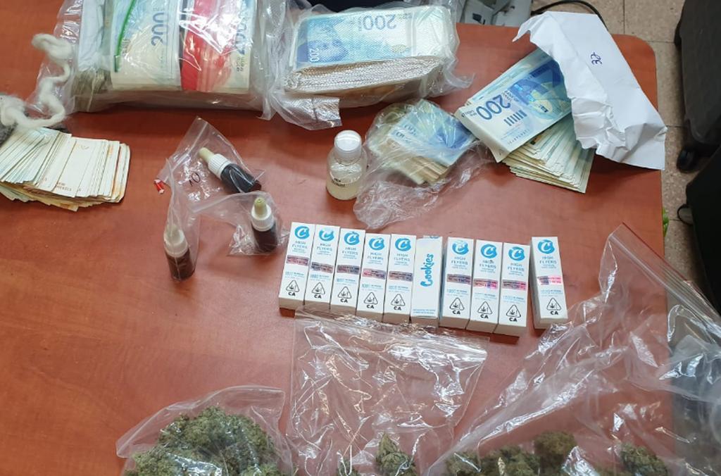 הסמים והכסף שנתפסו. צילום: דוברות המשטרה
