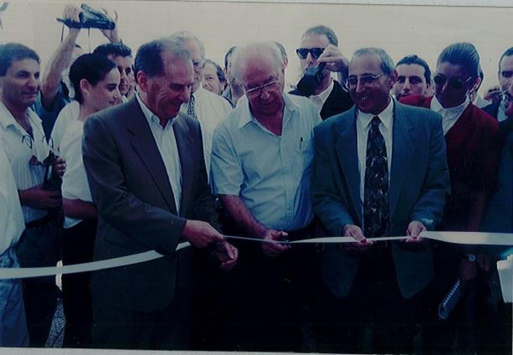 ששון עם רבין במעמד חניכת בית ספר בחולון ב-1994. צילום: באדיבות עיריית חולון