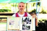 לבן פטרוביץ' עם אלבום הזכרונות | צילום: קובי קואנקס
