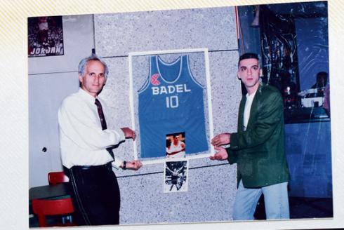 לבן בצעירותו עם אביו של דראז'ן, בקרואטיה | צילום: מהאלבום הפרטי