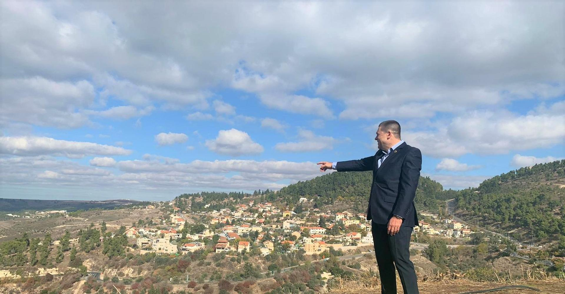 ראש עיריית צפת צופה אל הנוף | צילום: דוברות עיריית צפת