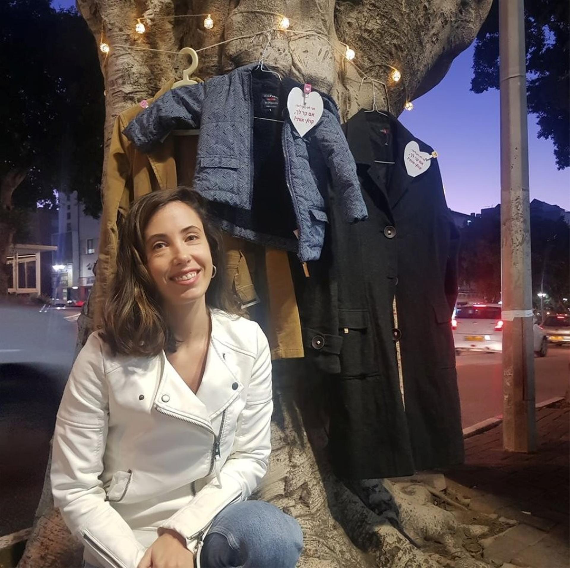 שני קלצניק ליד עץ המעילים. צילום: פרטי